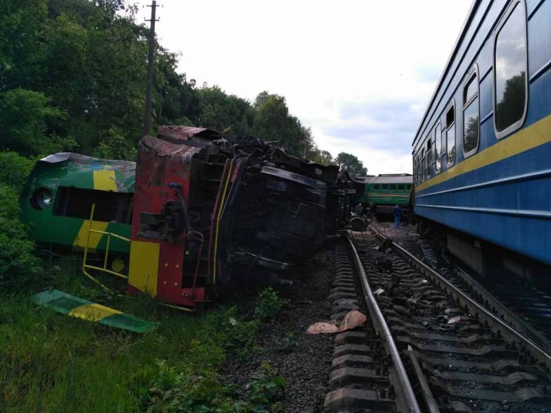 ВХмельницкой области пассажирский поезд столкнулся стоварным. Есть пострадавшие