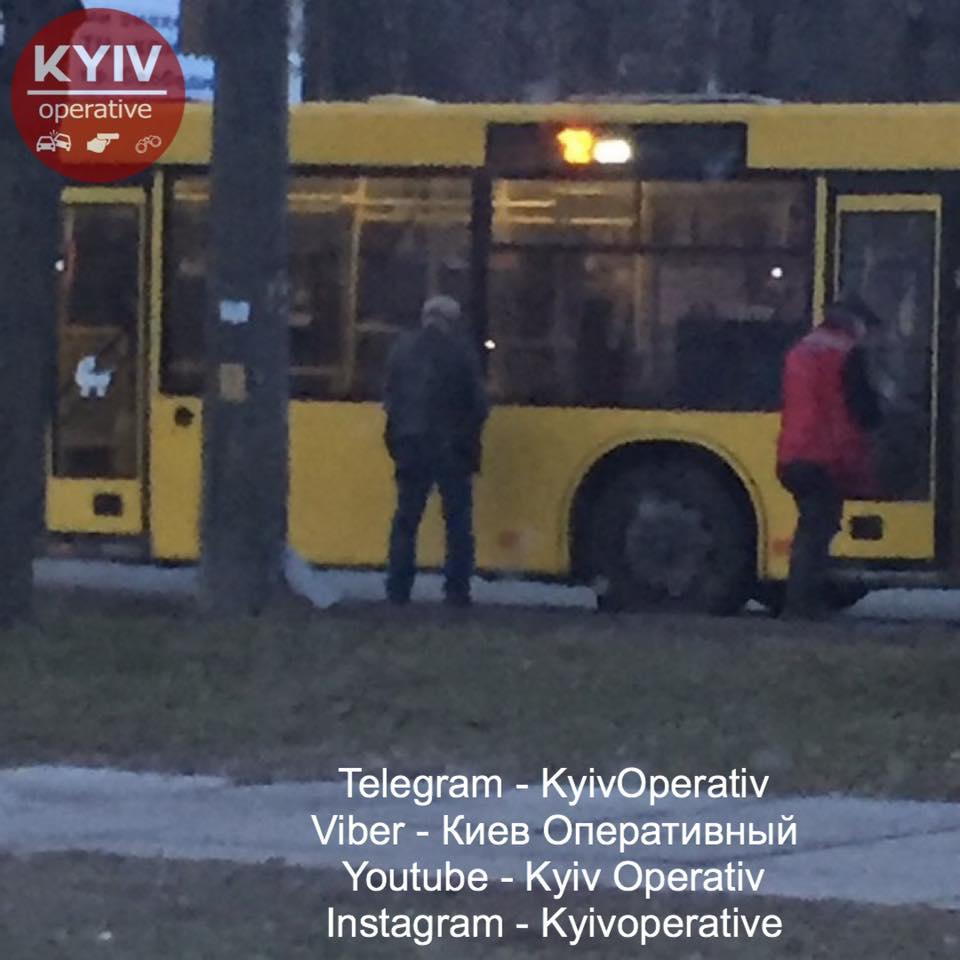 У Києві водій і кондуктор автобуса шокували пасажирів своїм заняттям (фото)