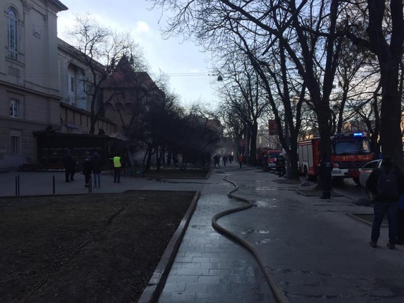 Вцентре Львова перекрыли движение из-за пожара вресторане