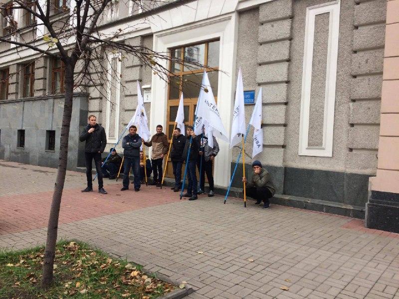 Митингующие заблокировали выходы изздания Рады