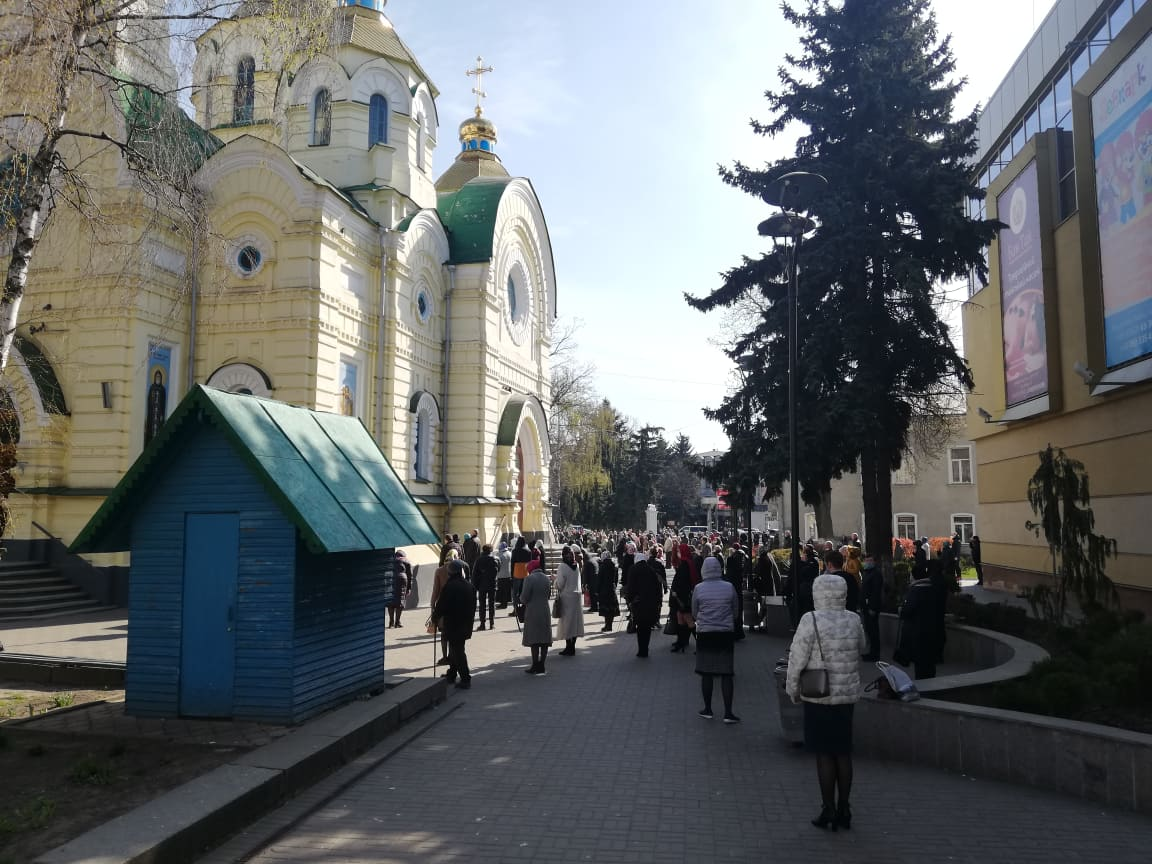 Карантин в Україні: у Рівному у церкві УПЦ МП пройшло масове освячення верби