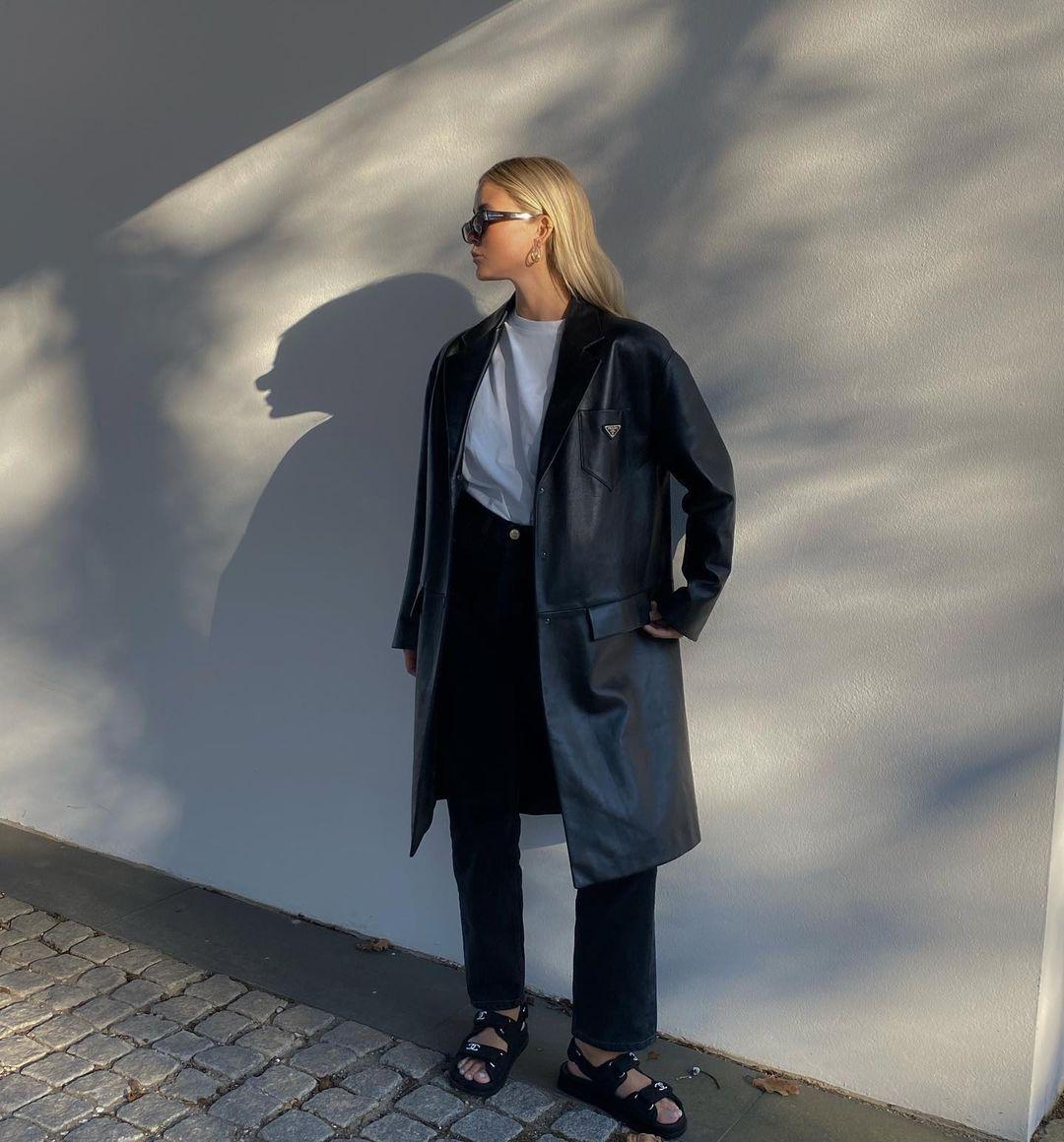 """Пробуем повторить: как носят """"папе"""" сандалии летом 2021 топовые фэшн-блоггеры"""