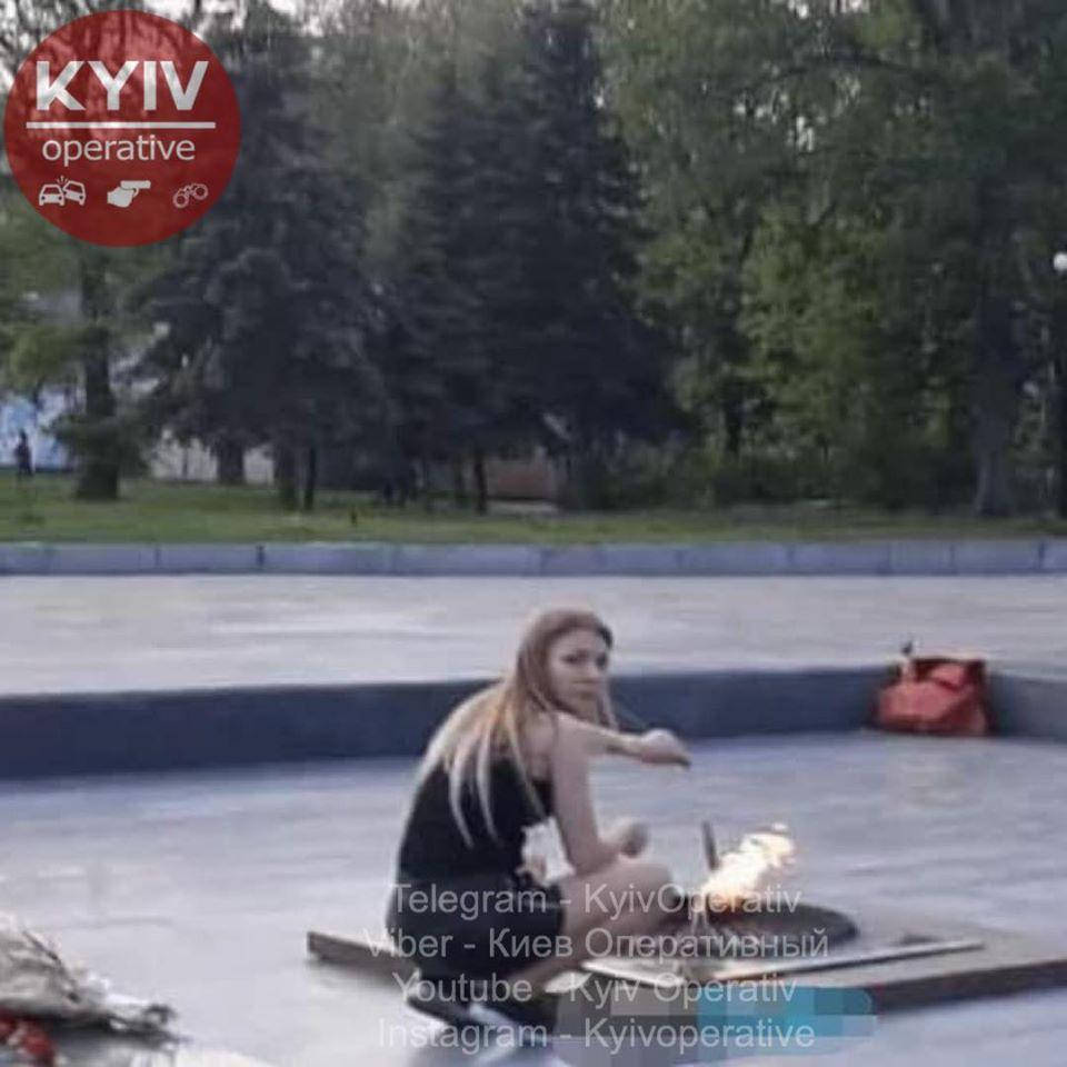 """Під Києвом дівчата вирішили приготувати їжу на """"вічному вогні"""": фото """"героїнь"""""""