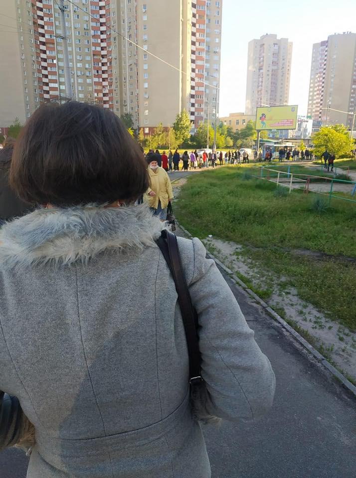 У Києві показали велетенську чергу на автобус: транспорту немає, але ви тримайтеся