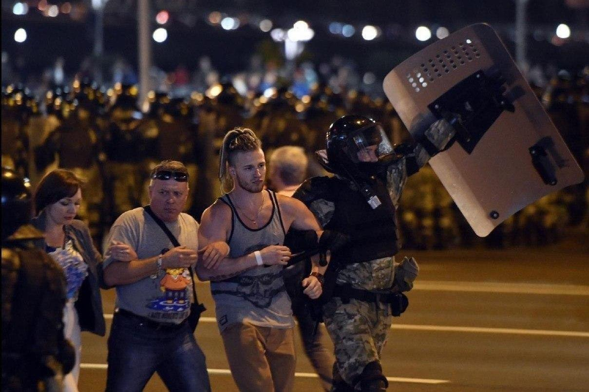 Людям стреляли в спину, а женщин били ногами: видео и фото самой жесткой ночи в Беларуси