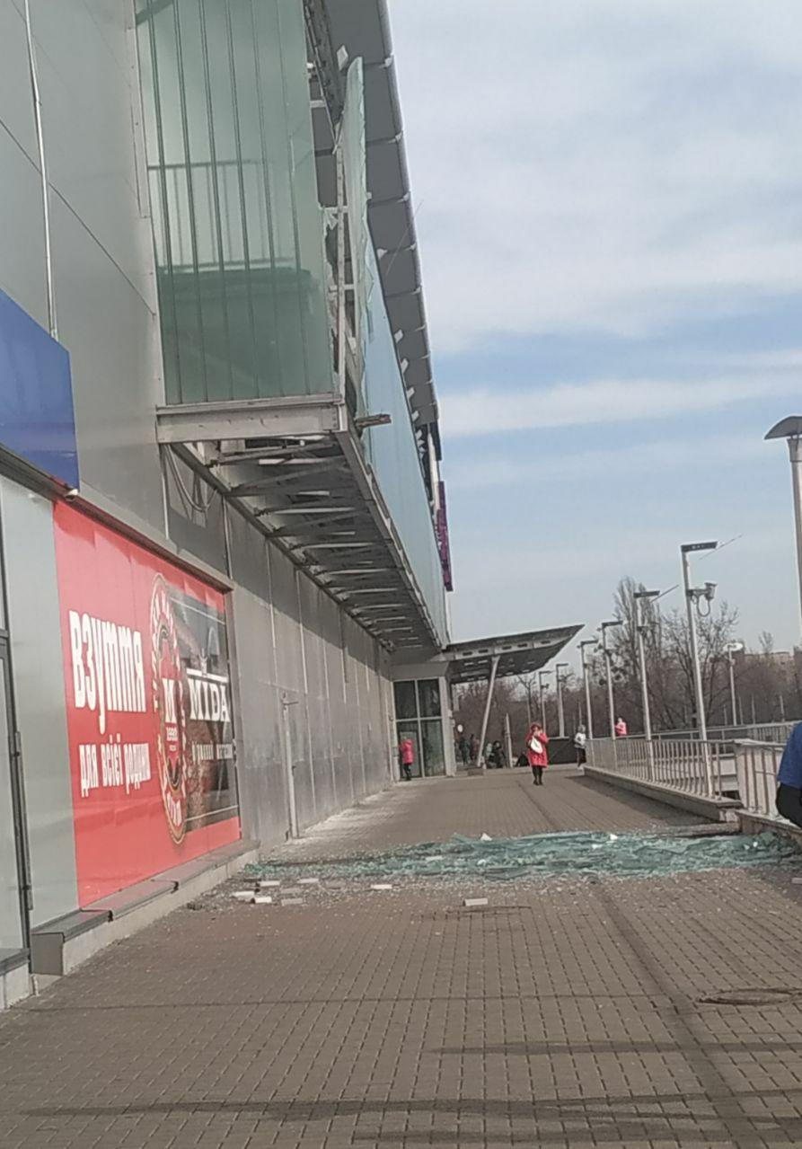 В киевском ТРЦ произошло ЧП: стеклянная панель рухнула на пешеходную зону (фото)