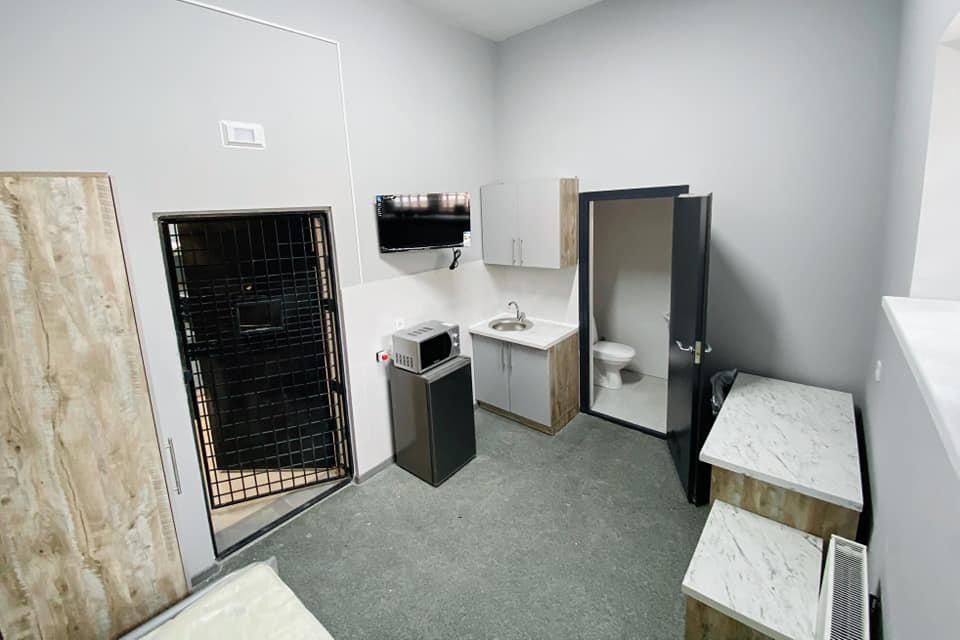 """Вот так выглядят новые камеры в СИЗО: """"небольшая гостиница"""" с телевизором, душем и телефоном"""