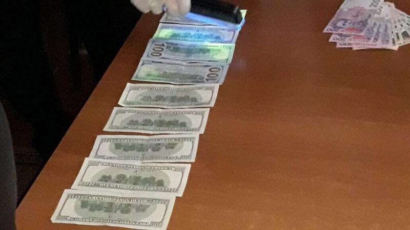 Чиновник миграционной службы зарабатывал награжданах, желавших оформить биометрический паспорт