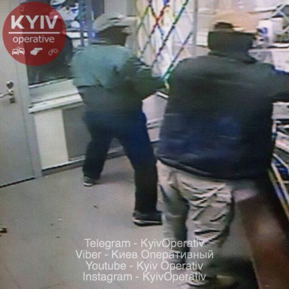 Ограбление в Киеве: появились фото нападения изнутри