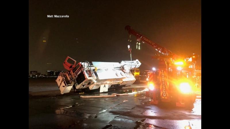 США: машина спецтехники столкнулась спассажирским самолетом