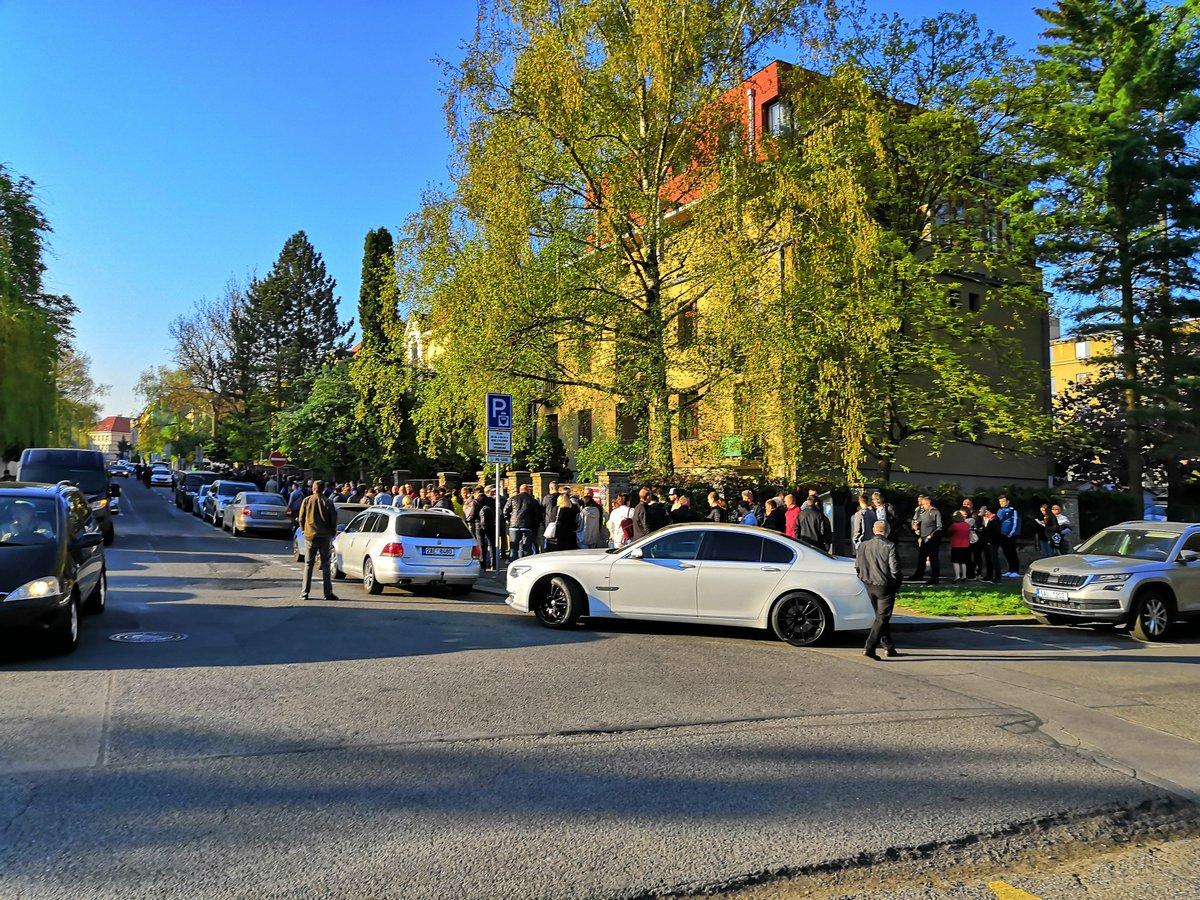 Сотни избирателей пели гимн: в Праге невероятный ажиотаж из-за выборов