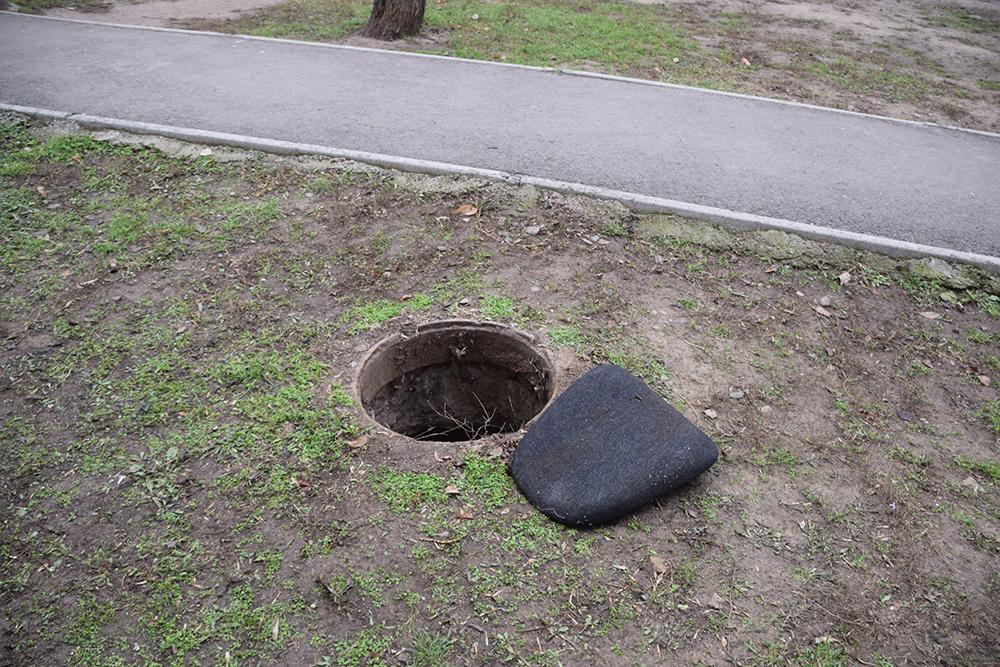 В Николаеве школьник упал в открытый люк: фото и видео