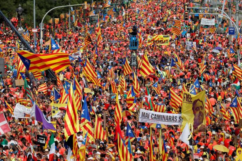 В Барселоне сотни тысяч каталонцев требуют независимости от Испании