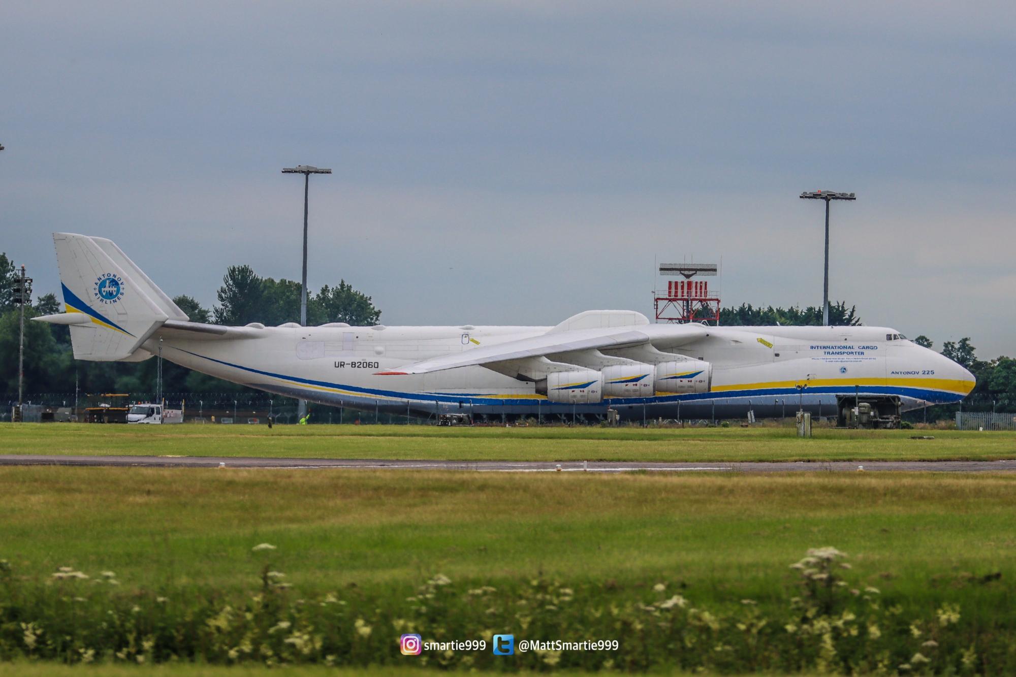 "Украинский самолет ""Мрия"" сдул забор на авиабазе британских ВВС: зрелищное видео"