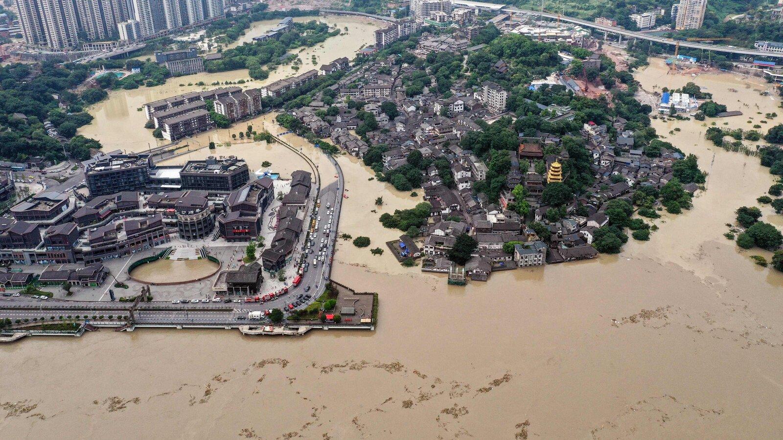 Китай потерпає від сильної повені: люди застрягли в вагоні метро по шию у воді