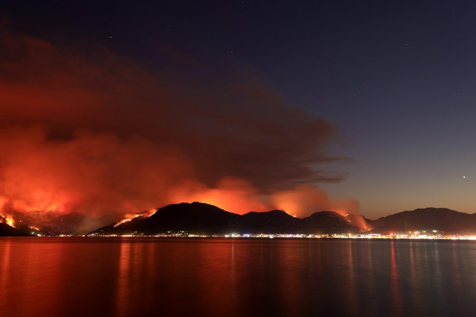 Турцию охватили масштабные пожары: есть ли угроза для курортов