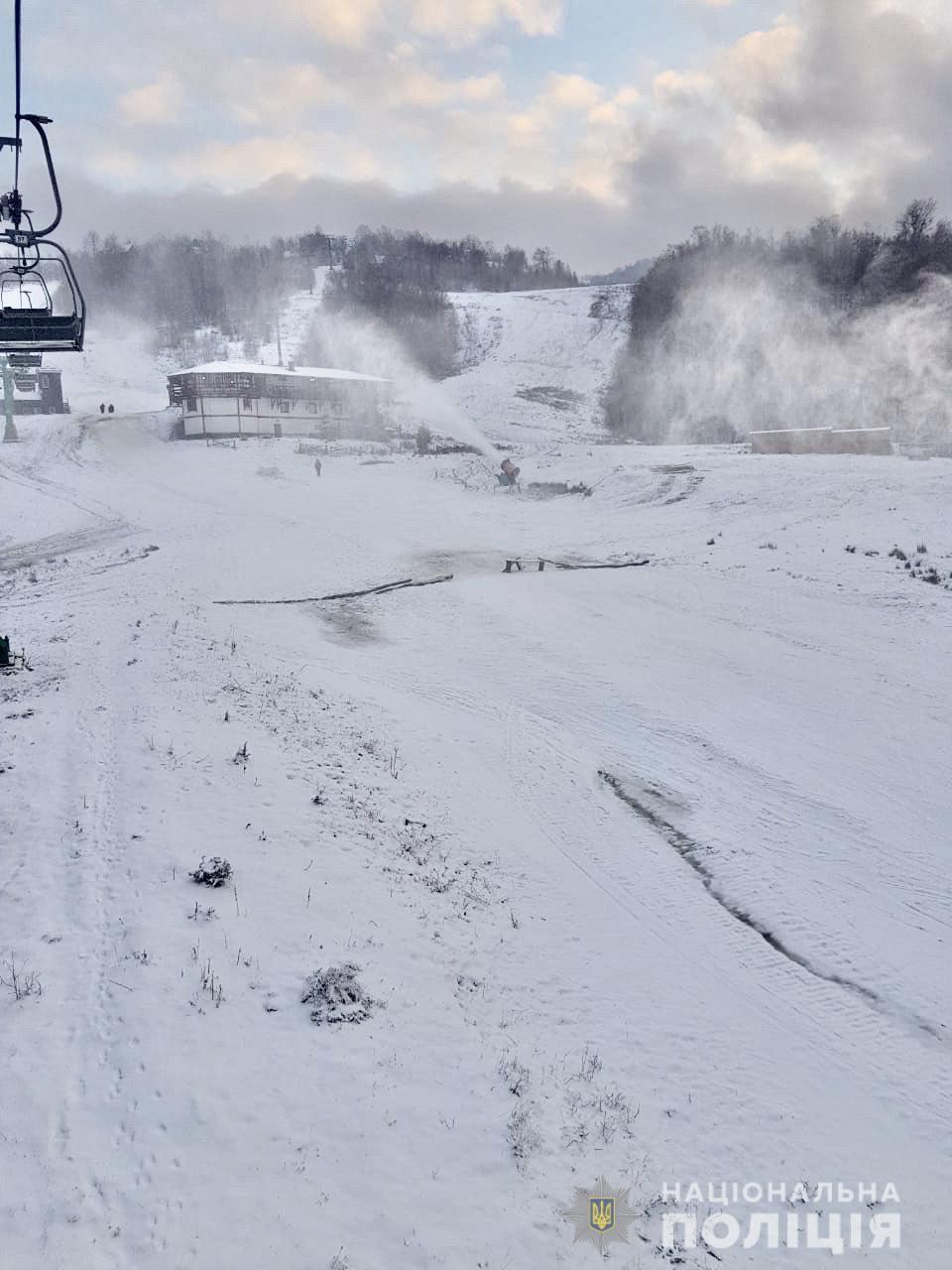 На Закарпатье заблокировали популярный горнолыжный курорт: местные жители протестуют