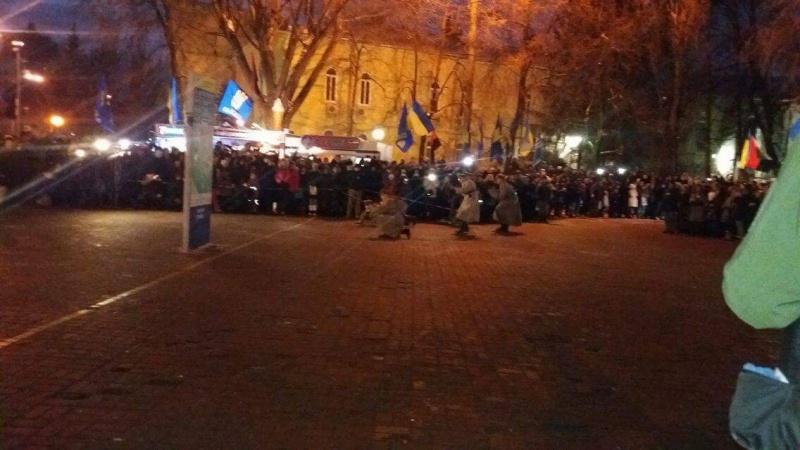 ВКиеве тысяча активистов сфакелами вышла колонной к монументу героям Крут