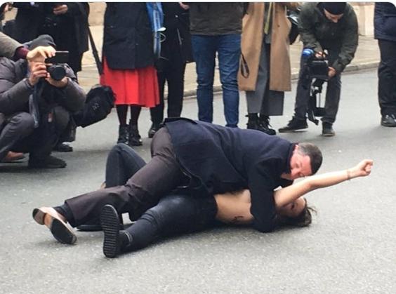 Femen устроили провокацию накануне нормандской встречи в Париже