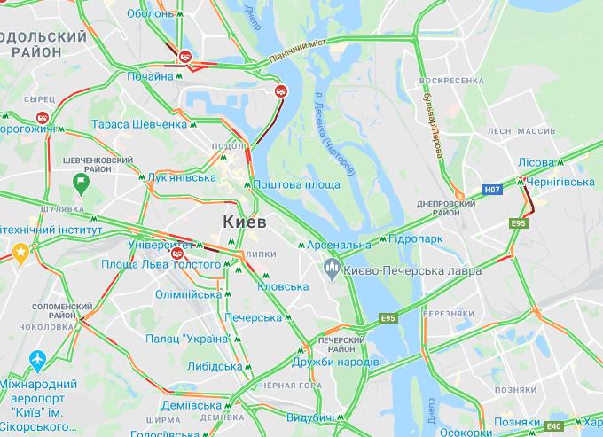 Транспортный коллапс и 100-метровые очереди: второй день без метро в Киеве