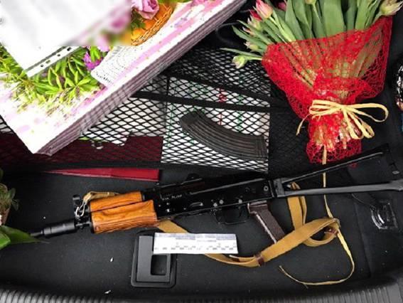 ВКиеве шофёр Ауди упрятал автомат под букетами тюльпанов
