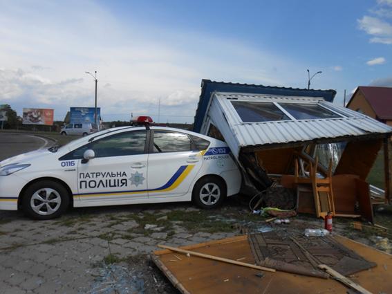 Автомобиль после удара вмаршрутку снес пост патрульной милиции  вРовенской обл