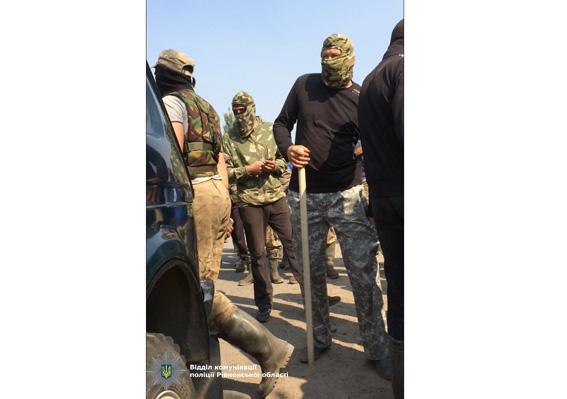 ВРовенской области 200 уполномченных «янтарной мафии» пытались сжечь автомобиль милиции