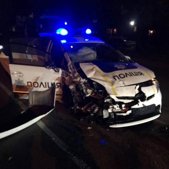 ВХмельницком столкнулись авто полицейских итакси, умер человек