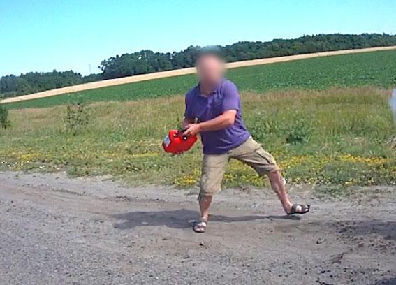 Шофёр пытался поджечь авто патрульных иполицейского