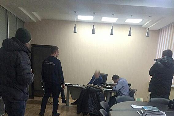 Одного из управляющих харьковского госпредприятия словили накрупной взятке