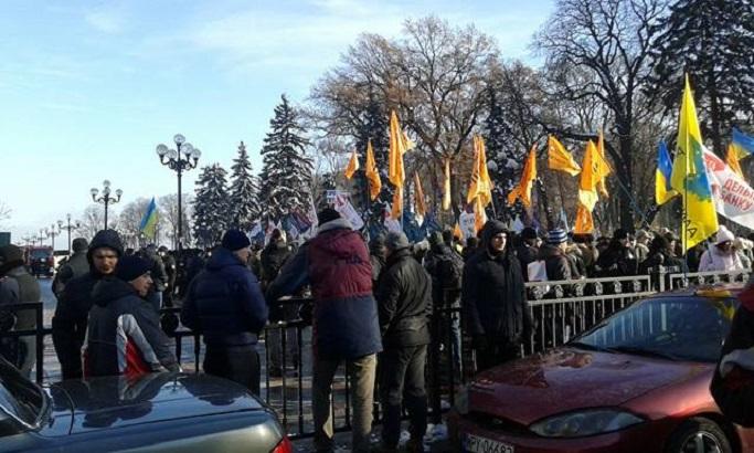 на митинге под Радой в Киеве присутствуют около 1 тысячи человек