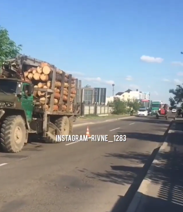 Под Ровно у грузовика отлетело колесо и оторвало пешеходу руку: молодой человек погиб (видео)