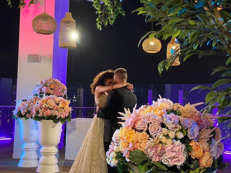 """Холостяк оголосив свою обраницю і зробив пропозицію: """"весільні"""" фото пари"""