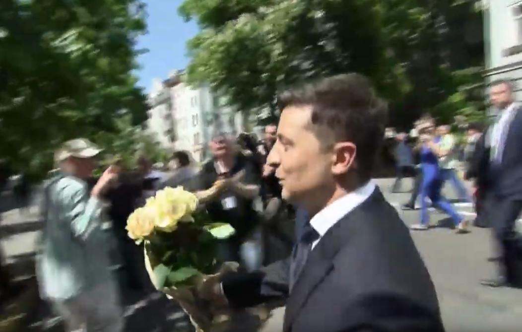 Поцілунок у стрибку та квіти патрульній: відео кумедних моментів з інавгурації Зеленського