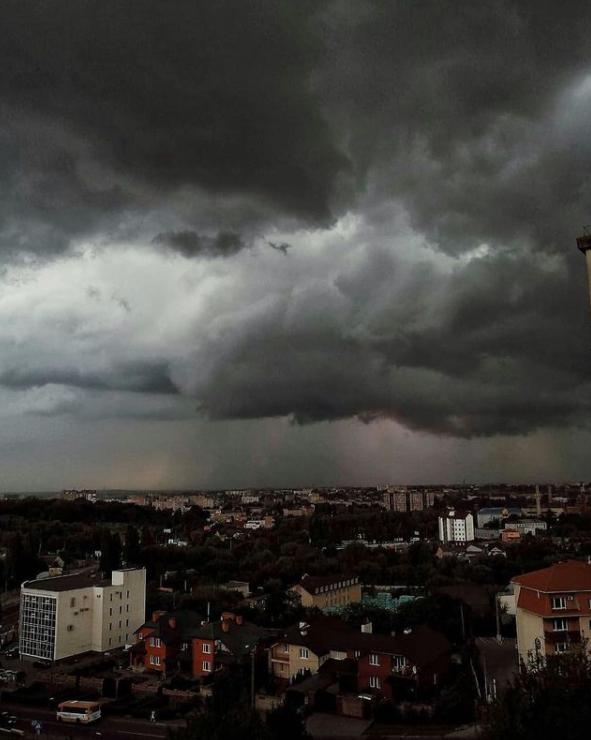 Песчаная буря и ураганный ветер: видео последствий погодного армагеддона в Ровно