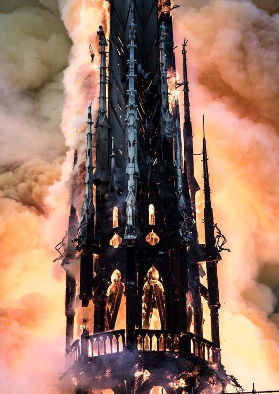 Горит часть истории: пожар вНотр-Дам де Пари шокировал мир (фото, видео)