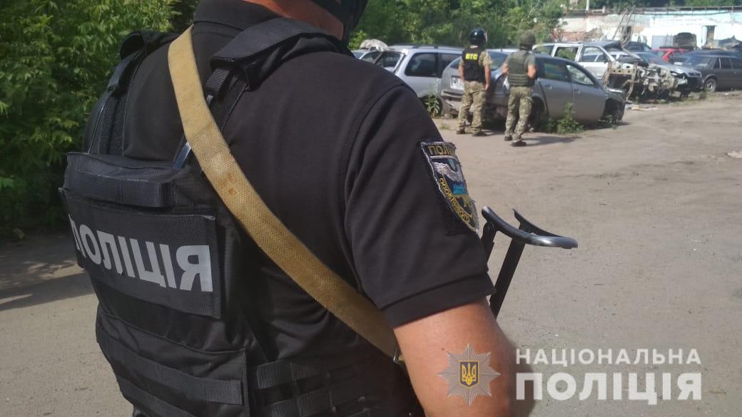 Автоугонщик в Полтаве взял в заложники полицейского и едет в Киев: что известно