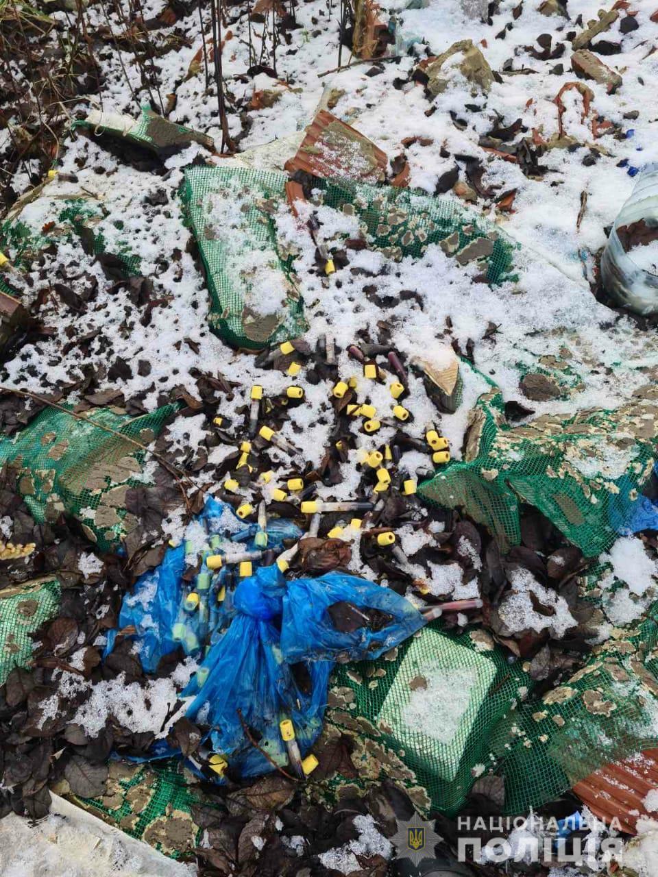 Під Львовом утворився смітник медичних відходів: всюди пробірки з кров'ю (фото)
