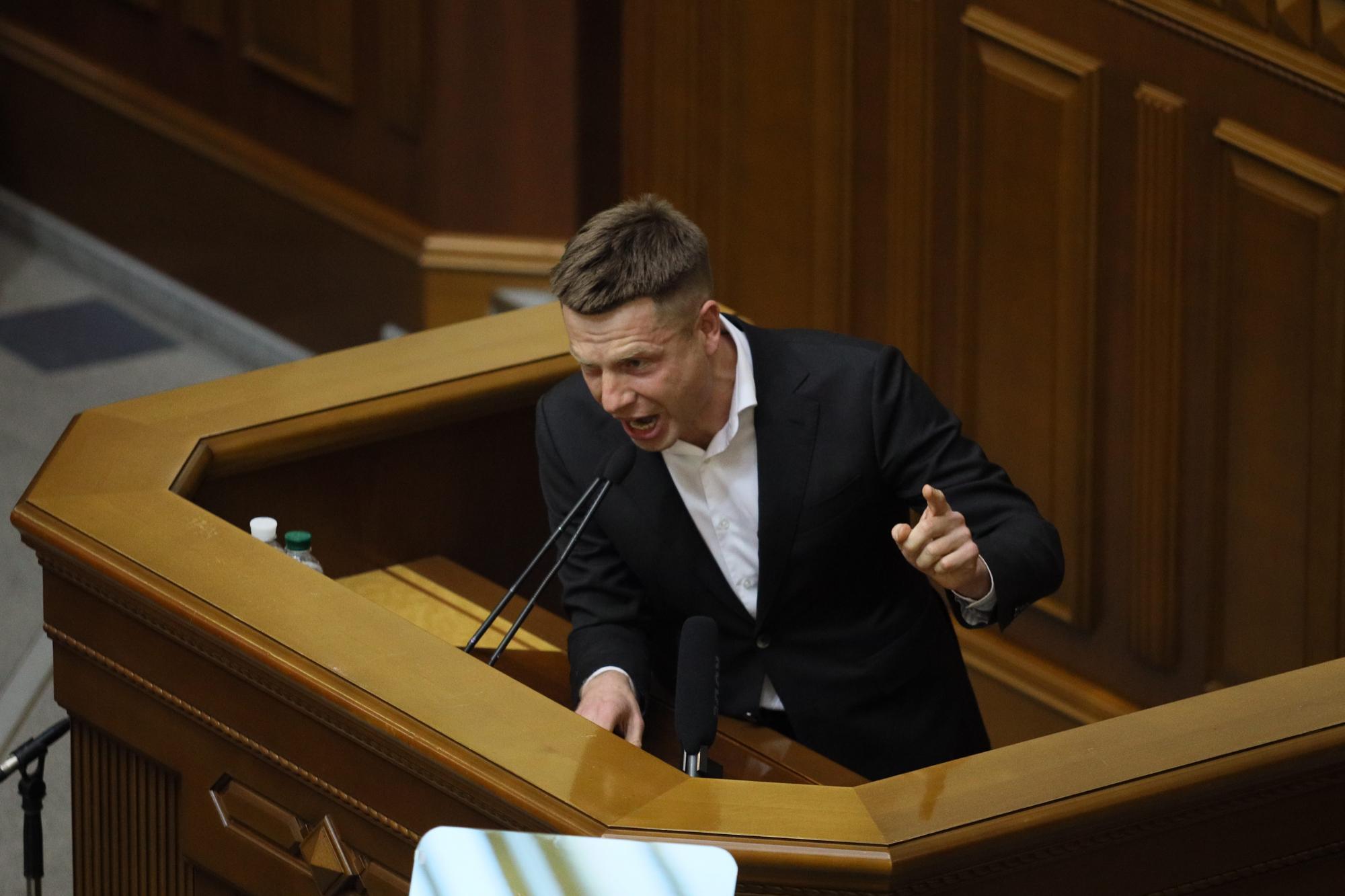 Появились фото жеста Гончарука после голосования про его отставку