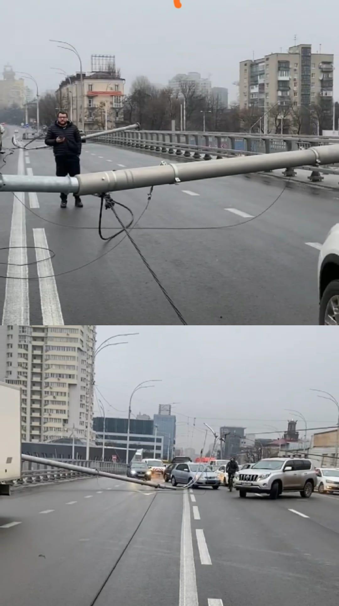 На отремонтированном Шулявском мосту упали столбы: чуть не убили женщину
