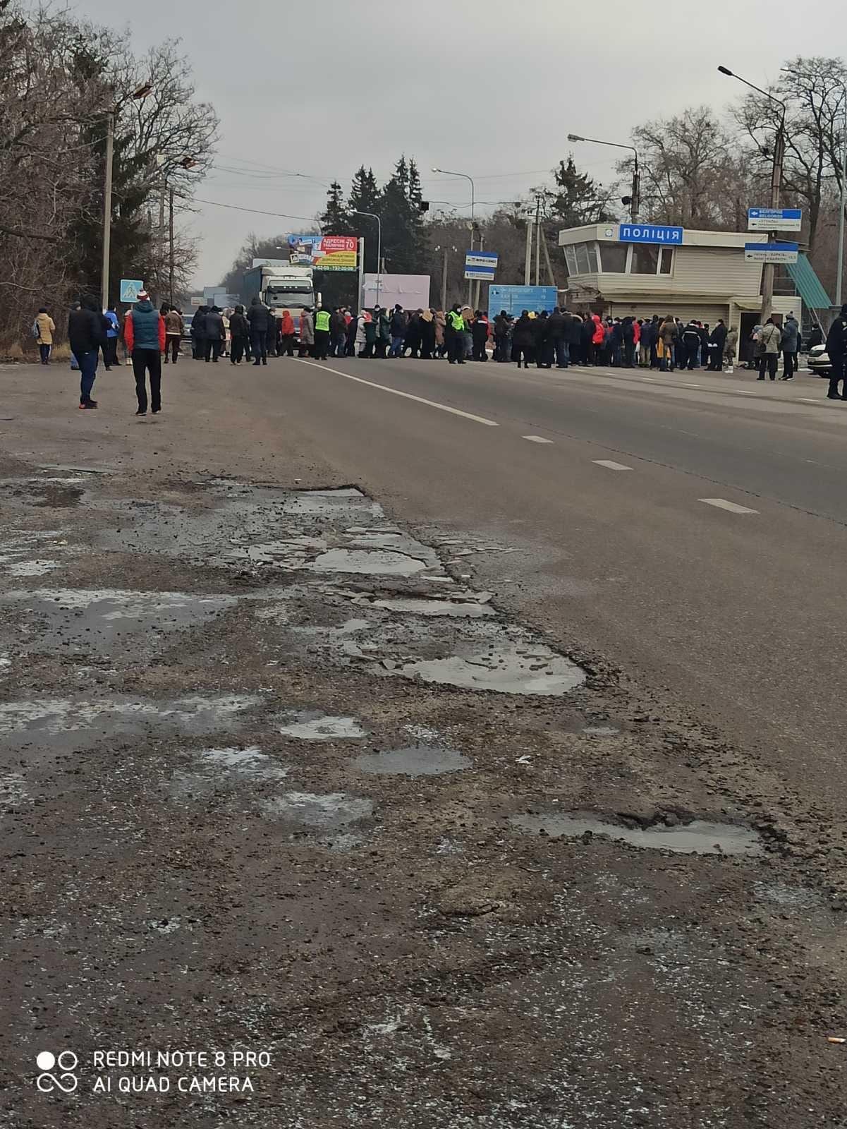 В Харьковской области протестуют из-за тарифов на газ. Люди перекрыли трассу