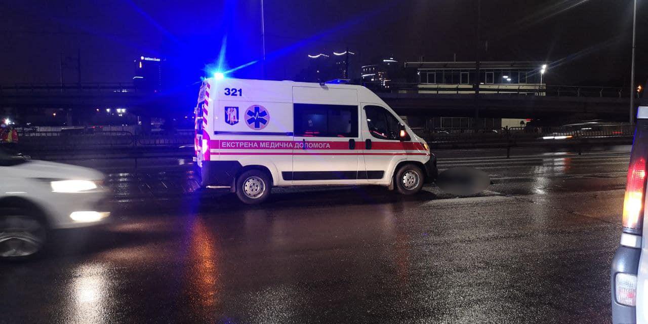 У Києві пішохода збили зразу два авто: перебіг чотири смуги (фото)