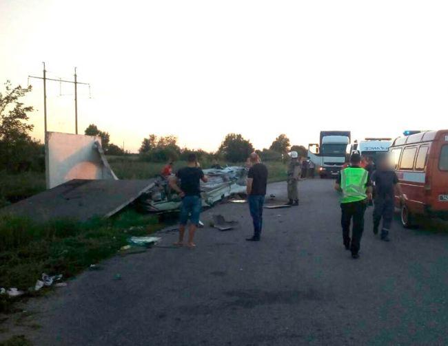 В Полтавской области автомобиль въехал в остановку, есть погибший