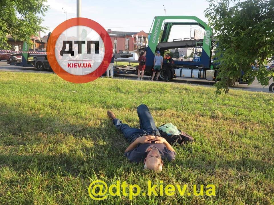 Спал на траве, пока родные плакали: жуткие детали ДТП в Киеве с пьяным пешеходом и велосипедистом