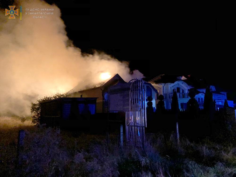 На Закарпатті в будинок влучила блискавка: він спалахнув, як сірник