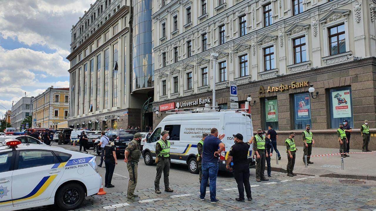 В Киеве террорист с бомбой захватил банк: куда просят не ходить (фото и видео)