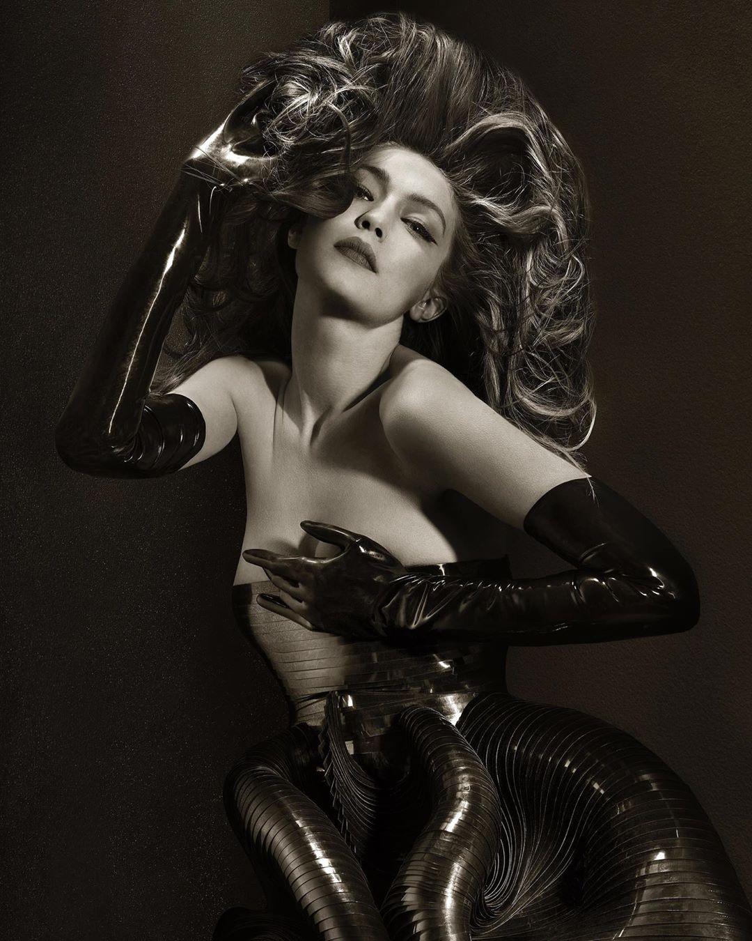 Объект желания: стильная Джиджи Хадид блистает в новой чувственной съемке
