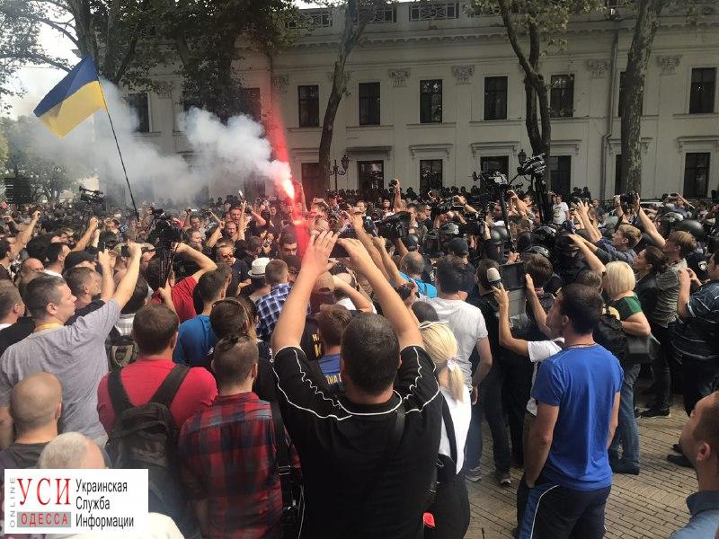 ВОдессе силовики оцепили строение мэрии, между активистами иполицейскими произошла потасовка