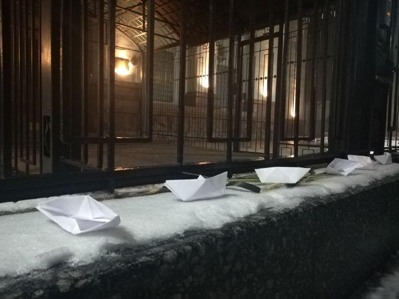 Активісти принесли шини під посольство РФ у Києві