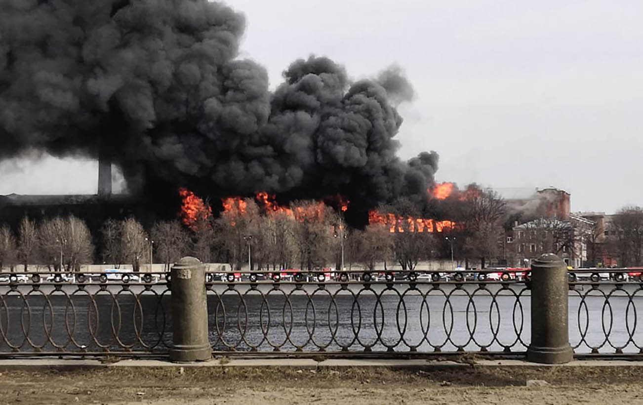 В центре Санкт-Петербурга масштабный пожар, горит бизнес-центр